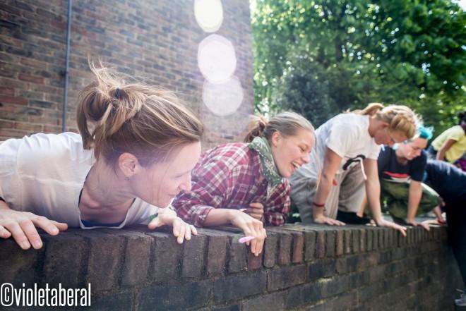women on a wall VBV_8843
